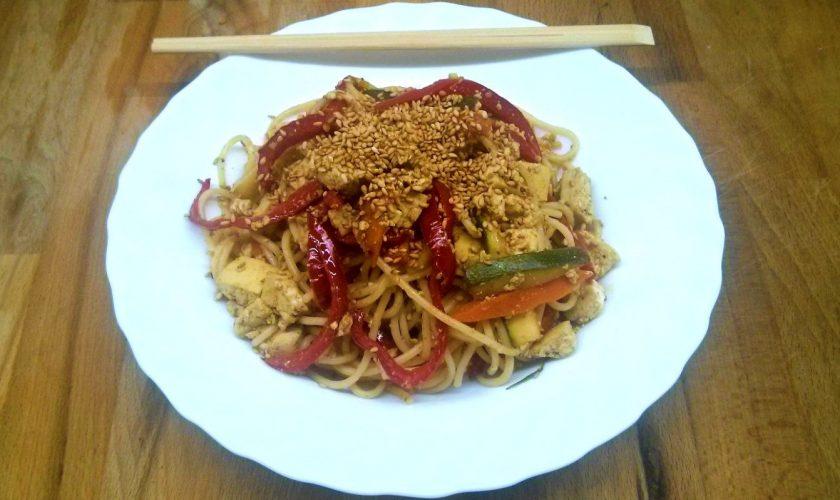 Wok vegano de pasta con verduras y tofu
