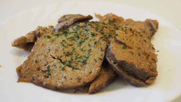 Jugosa carne vegana hecha a partir del gluten de trigo o espelta, cocida con zumo de limón y especias