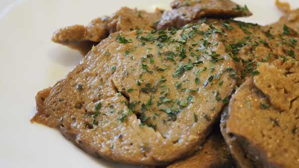 Receta de carne vegana cocida en la sartén con limón y especias