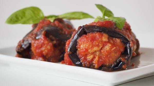 Rollito de carne de soja y berenjena en salsa de tomate