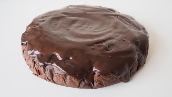 Pastel vegano de tofu y chocolate con glaseado vegano de chocolate