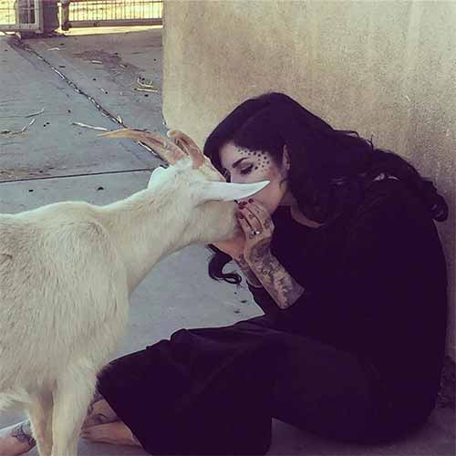 Kat Von D besa una cabra