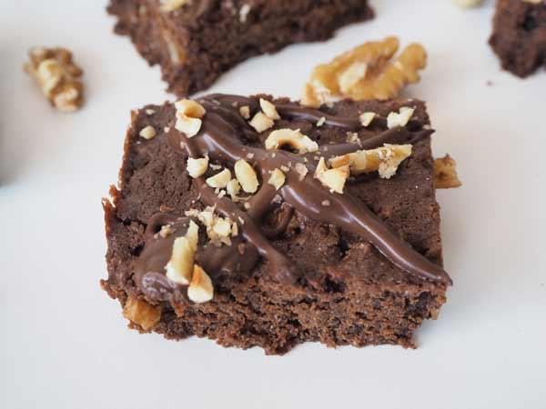 Brownie vegano con chocolate, nueces y avellanas