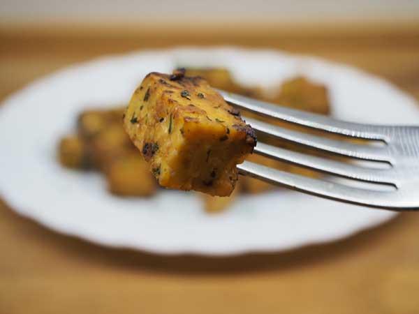 Receta con tempeh y salsa de soja y teriyaki
