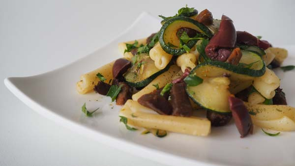 Primer plato vegano con chorizo vegano y verduras