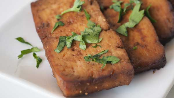 Filetes de tofu marinados y cocidos al horno