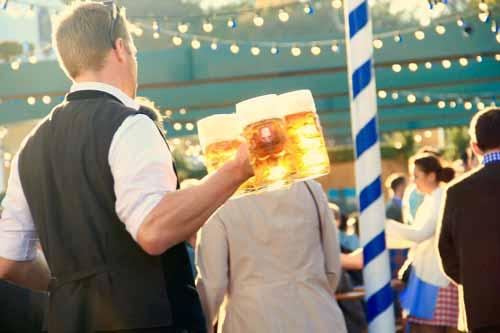 Camarero sirviendo cerveza vegetal