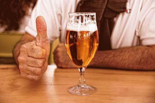 Cerveza vegetal en la mesa
