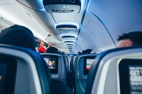 Pasajeros esperando menú vegano en vuelo