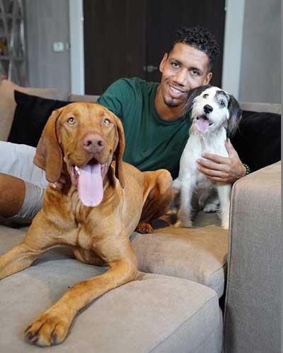 Chris Smalling con sus dos perros