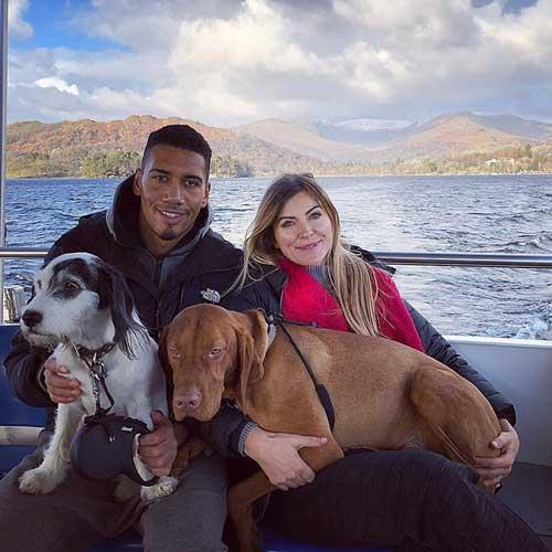 Chris Smalling, futbolista vegano con su mujer Sam y sus perros