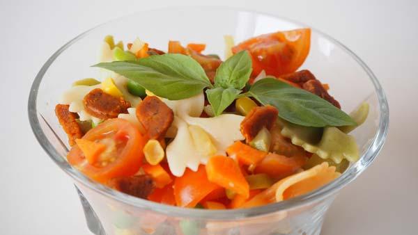 Ensalada de pasta con verduras sencilla