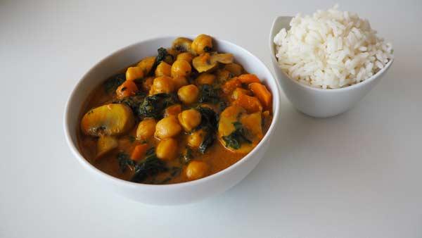 Curry de coco con garbanzos y verduras. 100% vegano.