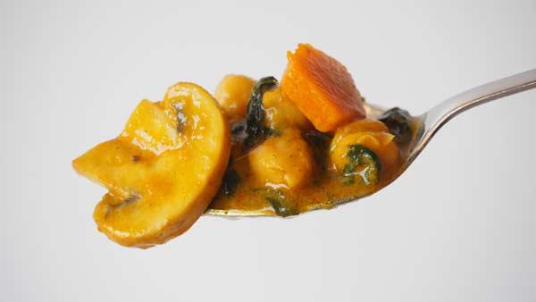 curry, garbanzos, champiñones, espinacas y zanahoria