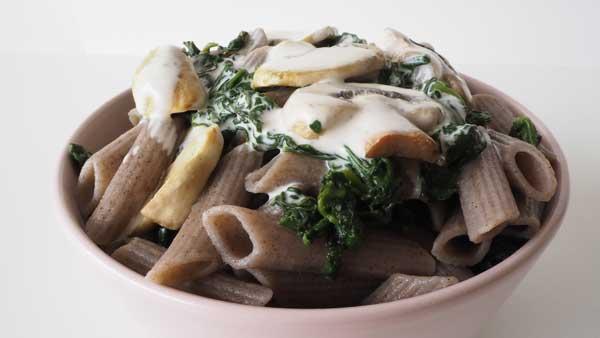 Pasta sin gluten de trigo sarraceno, nata vegetal y verduras
