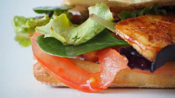 Sandwich apto para veganos y vegetarianos con tofu y verduras