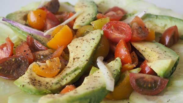 Ensalada vegana de aguacate con tomates cherry, cebolla violeta y pepino