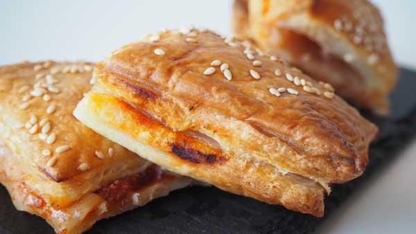 Canapés veganos con hojaldre, queso vegano y salsa de tomate