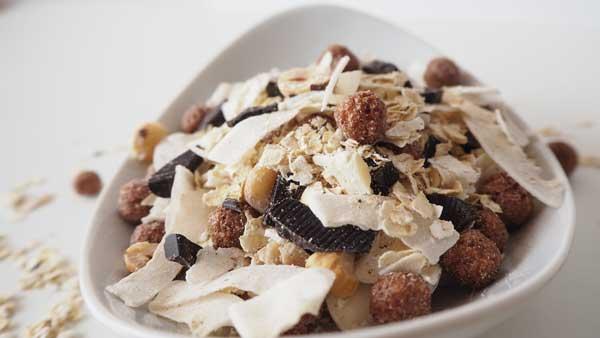 Muesli sin granola, sin azúcar ni miel  y sin aceite, con avena, avellanas y pepitas de chocolate negro