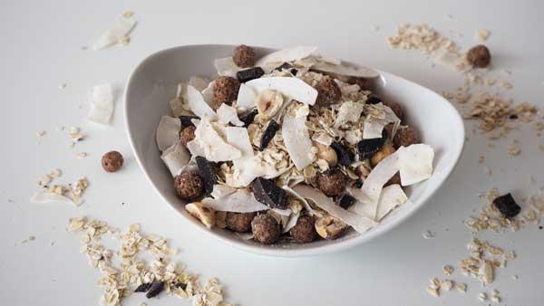 Muesli vegano de avena, chocolate, coco y frutos secos