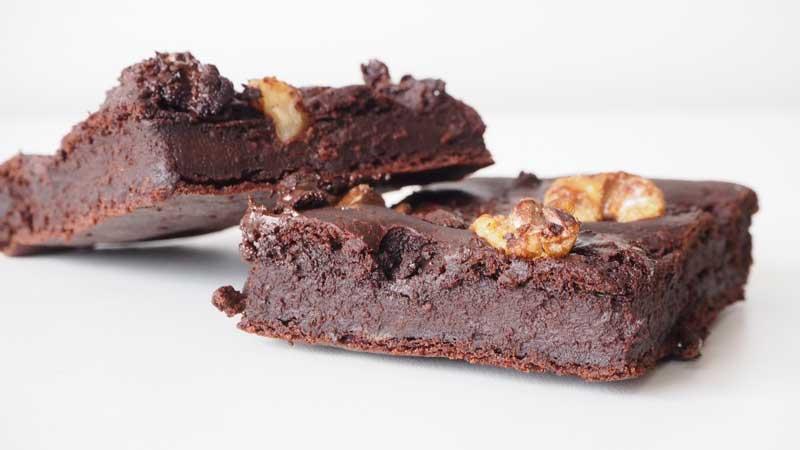 Brownie de chocolate y aguacate sin aceite, margarina, mantequilla, lactosa ni huevos
