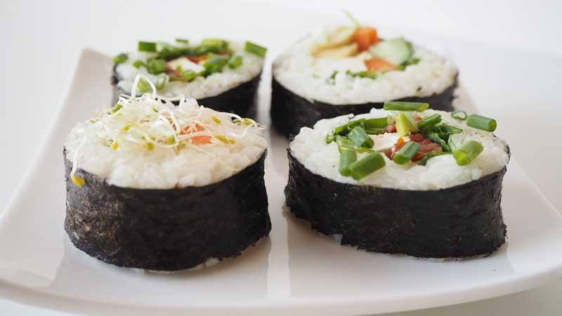 Sushi vegetal de verduras con tofu