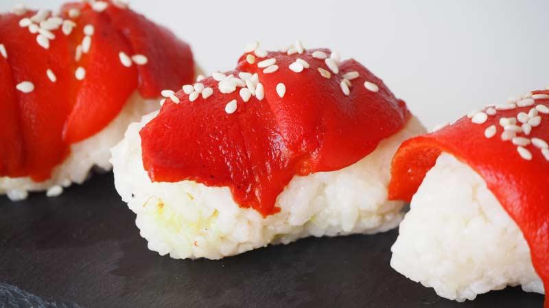 Nigiris veganos de arroz, wasabi y pimiento