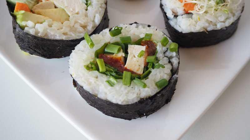 Sushi sin pescado, con tofu, rúcula y tomate seco
