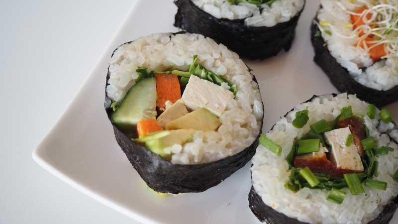 Maki vegano de aguacate, zanahoria, pepino, rúcula y tofu