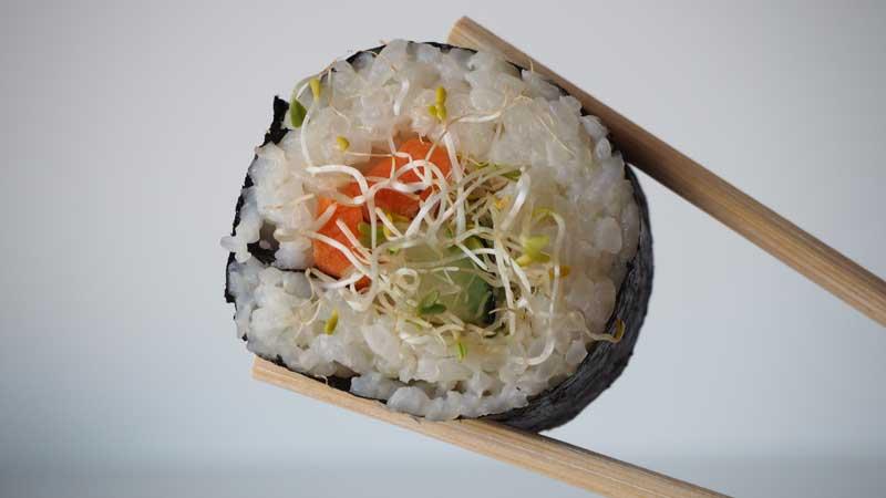 Sushi sin pescado, con verduras crudas y alfalfa