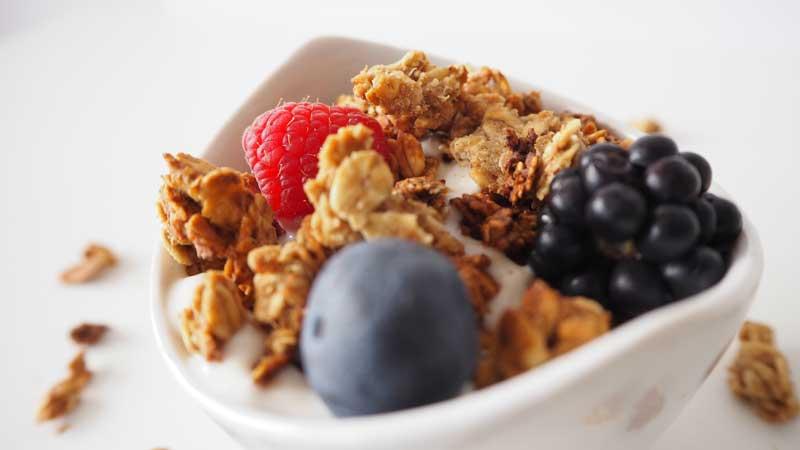 Granola vegana con yogur vegetal, fruta fresca y seca