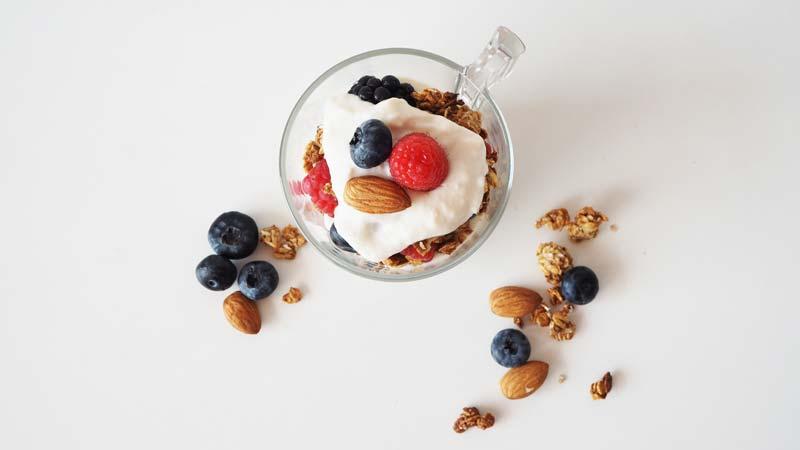 Parfait vegano de yogur, granola sin miel, arándanos, moras y frambuesas, con nueces y almendras