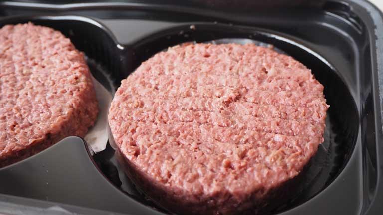 Hamburguesa Beyond Meat cruda en su caja