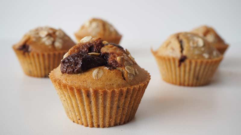 Muffins veganos caseros de avena y avellanas rellenos de chocolate