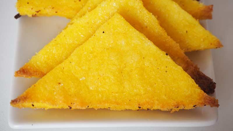 Nachos caseros hechos con polenta al horno