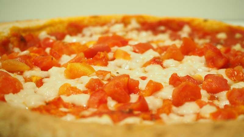 Queso vegano y tomate en la pizza vegana de Aldi